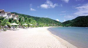 Auf Antigua entspannen Urlauber an der Carlisle Bay oder fahren per Seilbahn durch den Regenwald