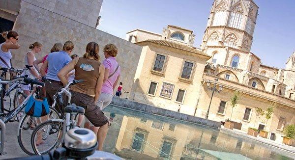 Rund 70 Kilometer Radwege gibt es in und um Valencia: Informativ sind geführte Touren z.B. durch das Flussbett Turia