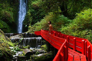 Die Termas Geométricas gelten als Geheimtipp: Urlauber entspannen in 20 Becken zwischen steilen Bergwänden und Felsnischen