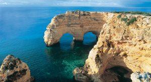 Spektakuläre Grotten und hübsche Badebuchten: Die Algarve begeistert Bade- und Aktivurlauber.