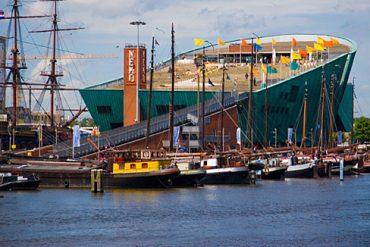 """Vom Dach des Wissenschaftszentrums """"NEMO"""" haben Urlauber einen tollen Ausblick auf Amsterdam"""