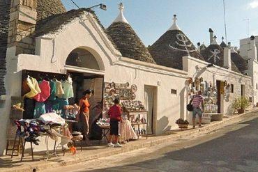 Das Markenzeichen Apuliens sind die runden Häuser mit Kegeldächern. In Alberobello werden ganze Straßenzüge von Trullihäusern geprägt