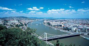 Budapest: In den Straßen der ungarischen Hauptstadt finden sich zahlreiche Flohmärkte zum Bummeln und Stöbern.