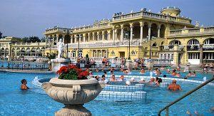 Im Széchenyi-Bad in Budapest können Erholungssuchende im größten Badekomplex Europas entspannen