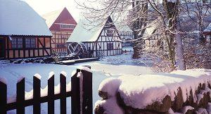 Dänemark im Winter: Die Fachwerkhäuser und die historischen Werkstätten in Den Gamle By in Aarhus zeigen das Weihnachten alter Zeiten