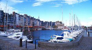 Normandie: Der Yachthafen von Honfleur bietet sich für einen Spaziergang an