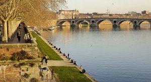 """Toulouse wird auch die """"rosarote Stadt"""" genannt und liegt direkt am Fluss Garonne"""
