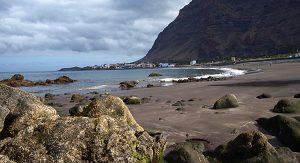 Die Bucht La Puntilla im Valle Gran Rey: Schroffe Steilwände und schwarzsandige Strände