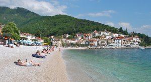 Entspannung finden Istrien-Urlauber zum Beispiel am herrlichen Strand im Ort Medveja
