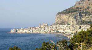 Cefalu: Die Szenerie wird beherrscht von der Felswand, der Rocca di Cefalu