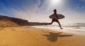 Die Strände der Kanaren, wie der Pajara Beach auf Fuerteventura, ziehen auch im Winter Urlauber an