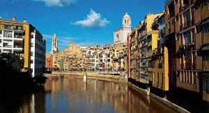 Girona: Die malerischen, bunt gestrichenen Häuser entlang des Flusses Onyar laden zum Flanieren ein.