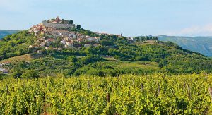 Das istrische Hinterland bietet historische Landgasthäuser, steinerne Hügeldörfern und beschauliche Weinstraßen