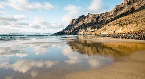 Abseits des Massentourismus: Der Playa de Famara ist der längste Strand auf Lanzarote