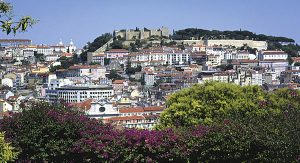 Empfehlenswert ist der Besuch des kleinen Parks am São Pedro de Alcântara - Der Blick schweift bis zum Castello de São Jorge