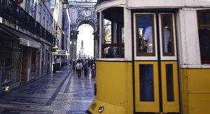 Mit der nostalgischen Tram gelangen Lissabon-Entdecker zum Beispiel in die Altstadt Baixa