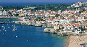 Vom Zentrum Lissabons sind es mit dem Vorortzug nur knapp 30 Minuten bis zum schönen Badestrand von Cascais