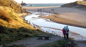 Entlang des Wales Coast Path genießen Wanderer eine herrliche Landschaft mit Blick auf die Küste und die Irische See