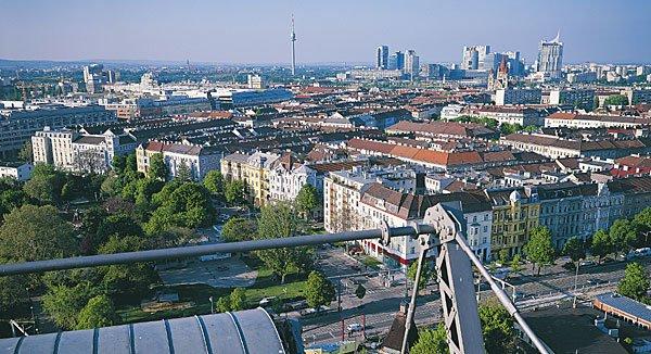 Einen guten Ausblick auf Wien erleben die meisten Besucher vom Riesenrad im Prater. Wer den Ausblick abseits des Trubels genießen möchte, wandert auf den Hermannskogel, Wiens höchster Erhebung.