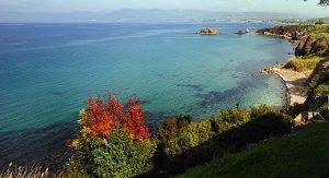 Zypern: Wanderern auf der Akamas-Halbinsel eröffnen sich wunderschöne Ausblicke auf die Landschaft und das Meer