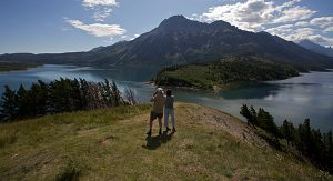 Wanderer in Alberta erleben die Natur der Provinz am Fuße der Rocky Mountains hautnah