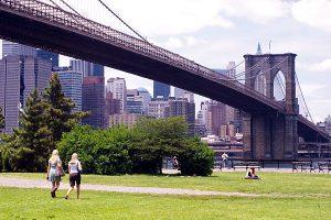 Herrlich: Ein Spaziergang im Park und an der Promenade unter der Brooklyn Bridge (Bild: www.nycgo.com)