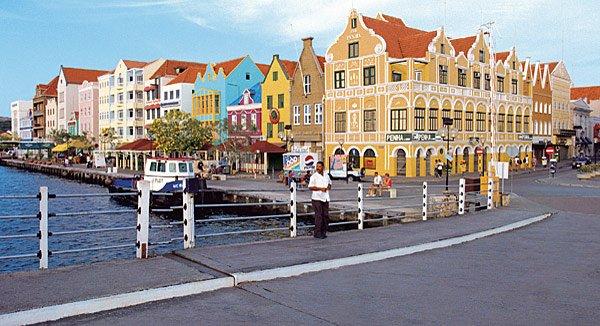 Curaçao: Die malerische Promenade Handelskade in Willemstad bietet sich für Spaziergänge an
