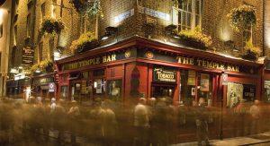 Im Dubliner Stadtteil Temple Bar finden Reisende viele Kultureinrichtungen sowie schöne irische Pubs