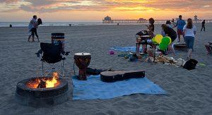 An den Feuerstellen können Urlauber den südkalifornischen Sonnenuntergang genießen. Im Hintergrund: Huntington Beach Pier