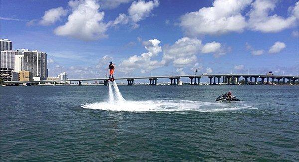 Vom Flyboard aus erleben aktive Urlauber einen Blick der anderen Art auf die Skyline von Miami