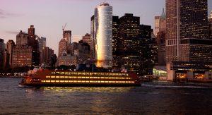 Von der Staten Island-Fähre aus hat man einen tollen Blick auf New York. Die Überfahrt ist kostenlos.