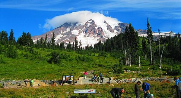 Sowohl im Sommer als auch im Winter ist die Landschaft rund um den Mt. Rainier ein beliebtes Ausflugsziel ab Seattle