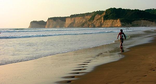 An den Stränden von Esmeraldas genießen Urlauber das Meer und die frische Luft. Surfer finden gute Spots mit tollen Wellen