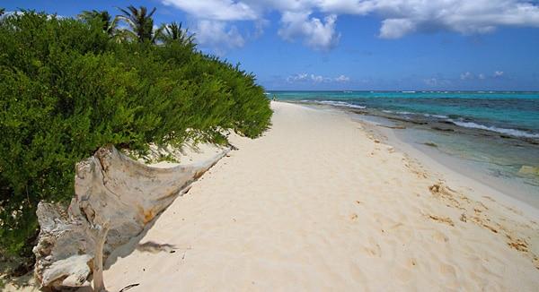 Karibik pur: Die Insel San Andrés bietet Traumstrände mit weißem Sand und sanftem Meer, das in zahlreichen Farben schimmert