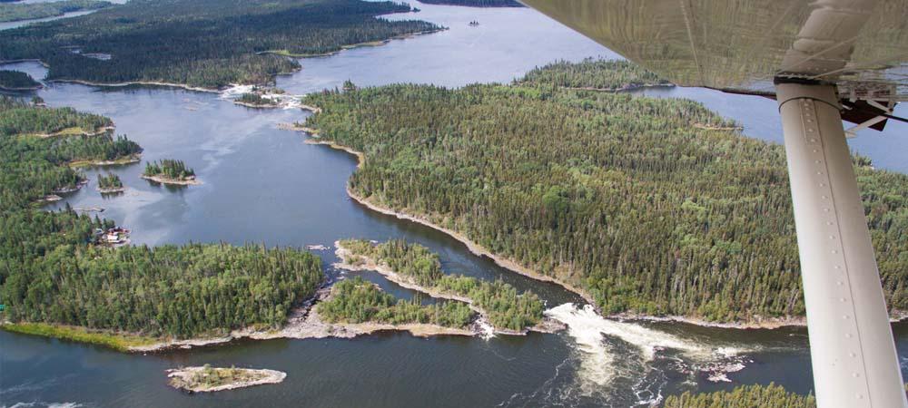 Die Landschaft Saskatchewans erstreckt sich unter den Tragflächen der Beaver.