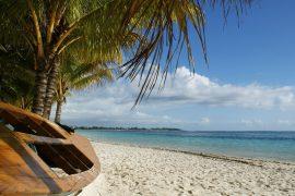 Die Ostküste von Mauritius ist eine wunderschöne Landschaft weißer Sandstrände, Palmen und Meer.