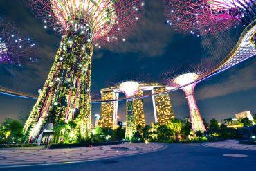 Supertrees und Marina Bay Sands Hotel zieren die Skyline von Singapur.