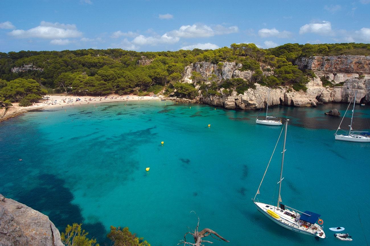 Auf Menorca finden sich überall traumhafte Buchten mit glasklarem Wasser