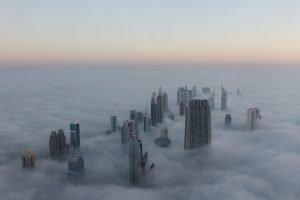 Die Wolkenkratzer von Dubai ragen bis über die Wolken