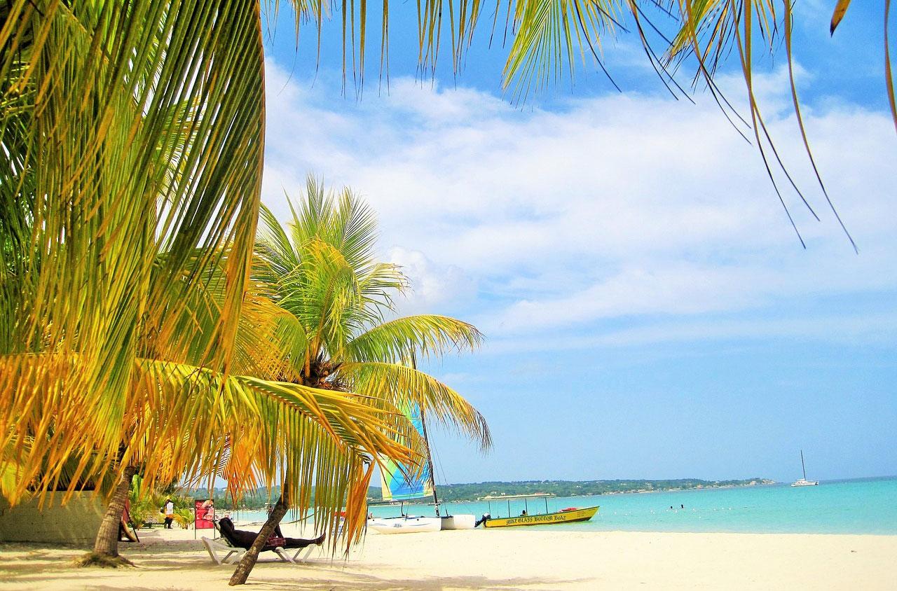 Karibische Träume mit Puderzuckerstrand und türkisfarbenem Meer