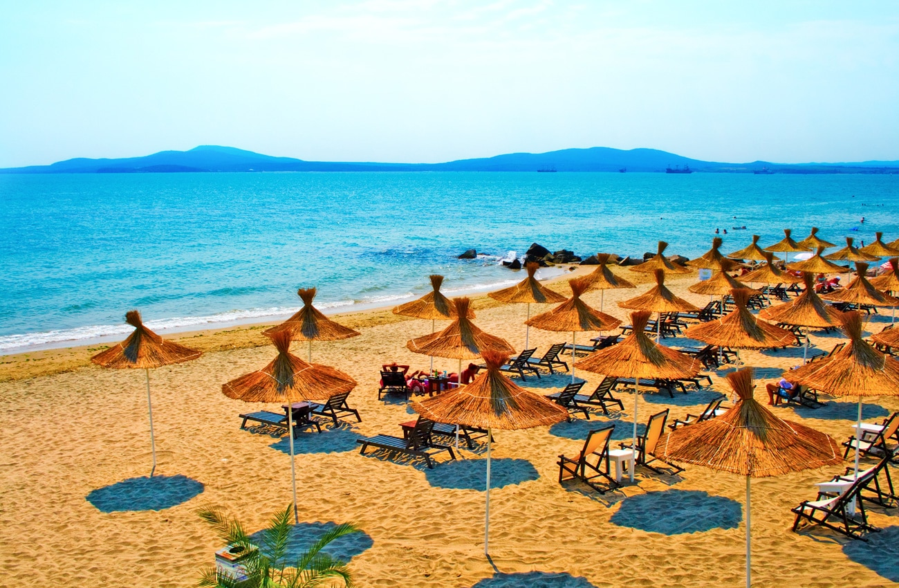 Sonnenschirme am ruhigen Strand in Bulgarien