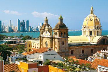 """Die koloniale Altstadt ist UNESCO-Weltkulturerbe. Die Bade- und Touristenhalbinsel Bocogrande erinnert an Miami. Folklore-Tänzerinnen sorgen auf den Plätzen des Viertels """"El Centro"""" für südamerikanische Stimmung."""