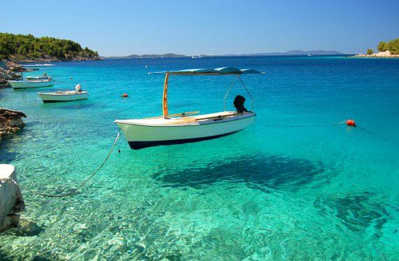Boote in einer ruhigen Bucht Milna auf der Insel Brac