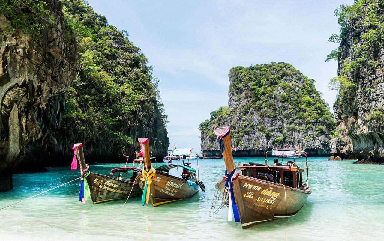 Traumhafte Buchten mit weißen Stränden und glasklarem Wasser warten auf Urlauber.
