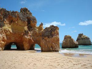 Schroffe Felsen und endlose Strände machen die Algarve einzigartig.