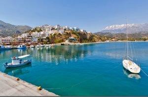 Malerisch liegt der kleine Ort Agia Galini direkt am Meer im Süden Kretas.