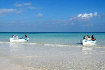 Erholung und Entspannung findet man am endlosen flachen Sandstrand mit glasklarem Wasser