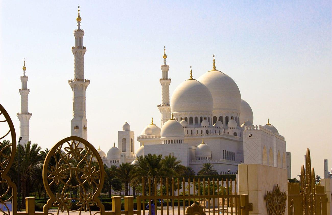 Einen Besuch der faszinierenden weißen Sheikh-Zayed-Moschee - der größten Moschee der VAE - sollte niemand versäumen!