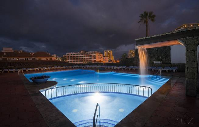 DC Xibana Park - Pool bei Nacht
