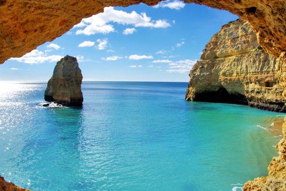 Die Natur und die Felsen an der Küste der Algarve sind einfach beeindruckend.